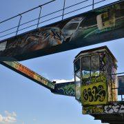 Graffiti auf Metallprofilen in Wollishofen