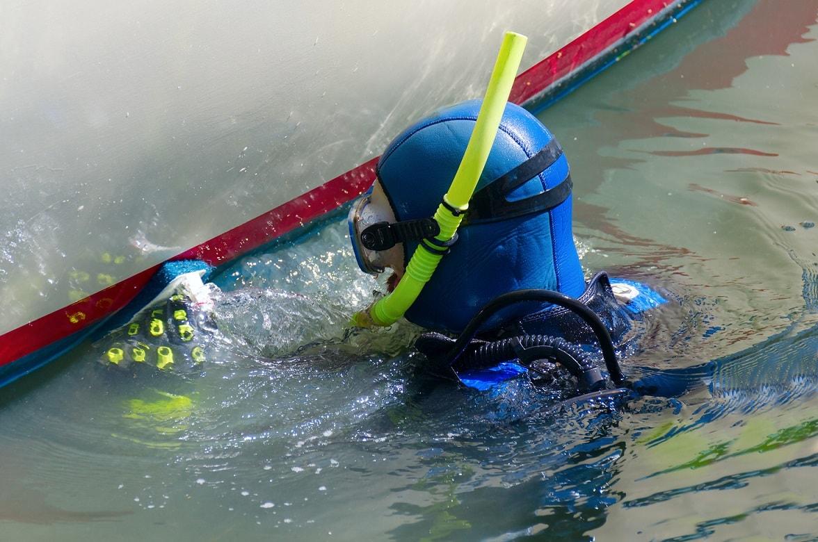 Reinigung des Rumpfes mit Antifouling unter Wasser