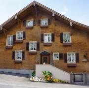 Schweizer Landhaus mit teils bewitterter Holzfassade