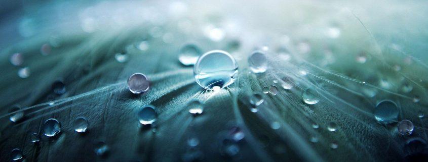Wassertropfen auf Oberfläche mit Nanobeschichtung