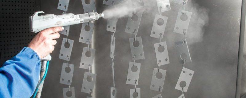 Pulverbeschichtung in Kabine von Kleinteilen aus MEtall