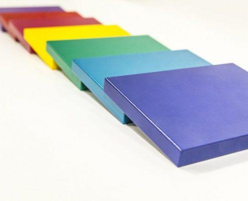 Pulverbeschichtung von MDF Holz in ehreren Farben