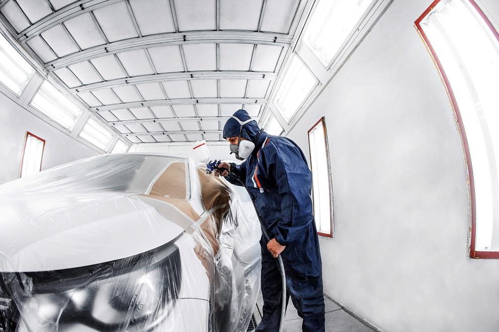 Automotive Lacke werden auf abgeklebtem Auto aufgesprüht