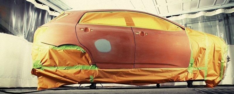Autoreparaturlack Auto abgeklebt in Lackierkabine