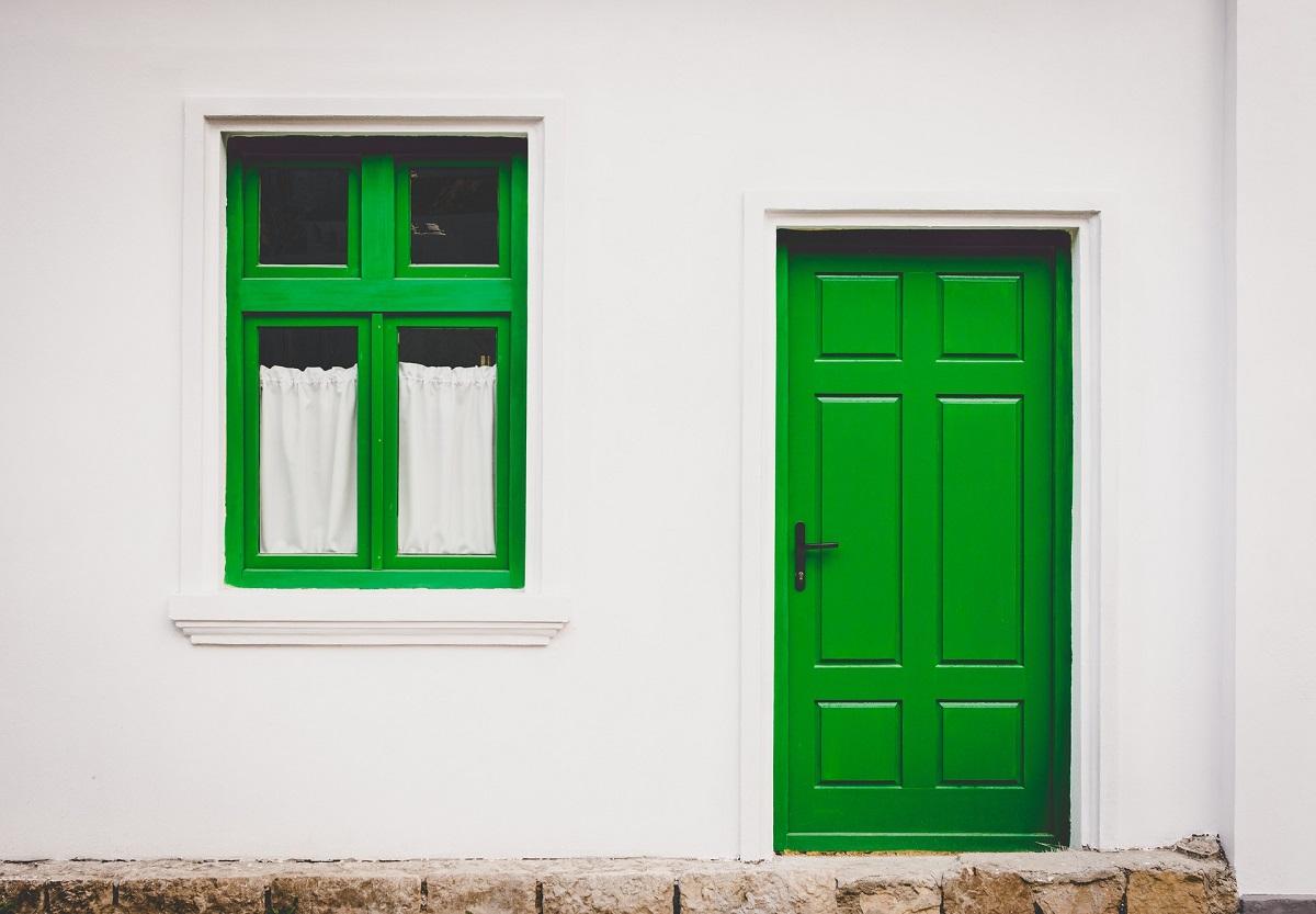 Dekorationslacke und -farben am Haus