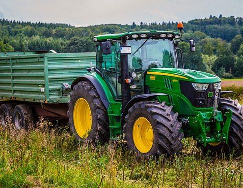 Reparaturlack auf Traktor bei der Feldarbeit