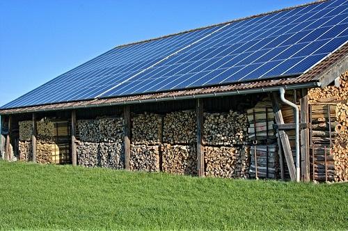 Soalrpaneele auf Hausdach mit Beschichtung von Solarzellen